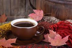 Βράσιμο στον ατμό του φλιτζανιού του καφέ σε ένα ζωηρόχρωμο κάλυμμα στοκ φωτογραφία