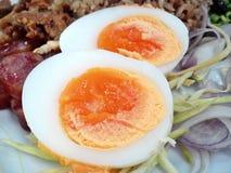 Βράστε τα αυγά, κόψτε στο μισό Στοκ φωτογραφίες με δικαίωμα ελεύθερης χρήσης
