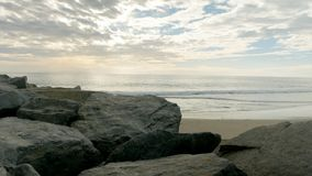 Βράχοι, άμμος και ωκεανός στην παραλία απόθεμα βίντεο