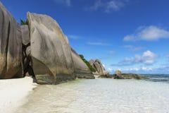 Βράχοι, άσπρη άμμος, φοίνικες, τυρκουάζ νερό στην τροπική παραλία, diqu Λα Στοκ εικόνες με δικαίωμα ελεύθερης χρήσης