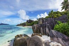 Βράχοι, άσπρη άμμος, φοίνικες, τυρκουάζ νερό στην τροπική παραλία, diqu Λα Στοκ Φωτογραφίες