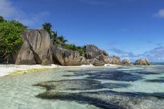 Βράχοι, άσπρη άμμος, φοίνικες, τυρκουάζ νερό στην τροπική παραλία, diqu Λα Στοκ Εικόνες
