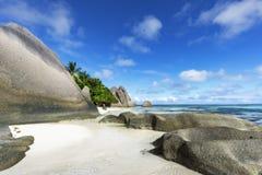 Βράχοι, άσπρη άμμος, φοίνικες, τυρκουάζ νερό στην τροπική παραλία, diqu Λα Στοκ Φωτογραφία