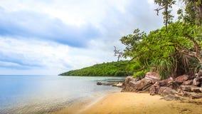Βράχοι ακτών παραλιών της Ινδονησίας Ιάβα Karimunjawa στοκ φωτογραφίες