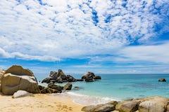 Βράχοι ακτών του Βιετνάμ θάλασσας Νότιων Κινών στοκ φωτογραφία