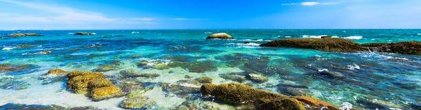 Βράχοι ακτών του Βιετνάμ θάλασσας Νότιων Κινών στοκ εικόνες