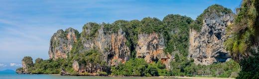 Βράχοι απότομων βράχων ασβεστόλιθων στον κόλπο Krabi AO Nang, Ταϊλάνδη Στοκ φωτογραφίες με δικαίωμα ελεύθερης χρήσης