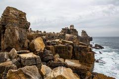 Βράχοι απότομων βράχων, ομιχλώδες τοπίο της Πορτογαλίας ωκεάνια δύσκολη ακτή Στοκ φωτογραφίες με δικαίωμα ελεύθερης χρήσης