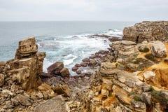 Βράχοι απότομων βράχων, ομιχλώδες τοπίο της Πορτογαλίας ωκεάνια δύσκολη ακτή Στοκ Φωτογραφία