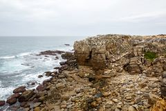Βράχοι απότομων βράχων, ομιχλώδες τοπίο της Πορτογαλίας ωκεάνια δύσκολη ακτή Στοκ Φωτογραφίες