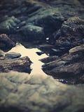 Βράχοι από τη θάλασσα απαρατήρητη Στοκ Εικόνες