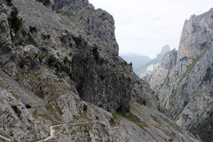 Βράχοι βουνών με μια μικρή πορεία Στοκ Φωτογραφία
