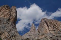 Βράχοι βουνών στον ουρανό στοκ εικόνες