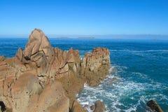 Βράχοι γρανίτη στην παραλία και τα κύματα Στοκ Φωτογραφίες