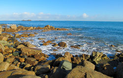 Βράχοι γρανίτη στην παραλία και τα κύματα Στοκ Φωτογραφία