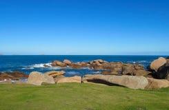Βράχοι γρανίτη στην παραλία Στοκ Εικόνες