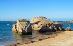 Βράχοι γρανίτη στην όμορφη παραλία Στοκ εικόνα με δικαίωμα ελεύθερης χρήσης