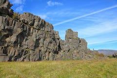Βράχοι ενάντια στο μπλε ουρανό, Ισλανδία Στοκ Εικόνα