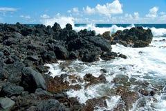 Βράχοι ηφαιστείων στην παραλία στη Hana σε Maui Χαβάη Στοκ Φωτογραφίες