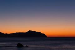 Βράχοι, θάλασσα και ανατολή Στοκ Εικόνες