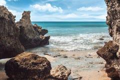 Βράχοι, θάλασσα και μπλε ουρανός στην ηλιόλουστη ημέρα Στοκ Εικόνες