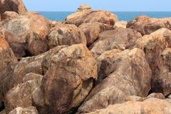 Βράχοι, θάλασσα και μπλε ουρανός Στοκ Εικόνες
