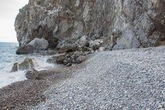 Βράχοι θαλασσίως σε μια μικρή θύελλα Στοκ Φωτογραφία