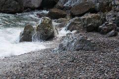 Βράχοι θαλασσίως σε μια μικρή θύελλα Στοκ εικόνα με δικαίωμα ελεύθερης χρήσης