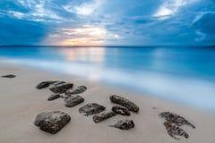 Βράχοι θαλασσίως στο νησί του Bacardi στοκ φωτογραφία