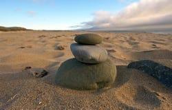 Βράχοι ισορροπίας στην παραλία Στοκ Εικόνες