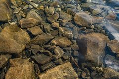 βράχοι κάτω από το ύδωρ στοκ φωτογραφία