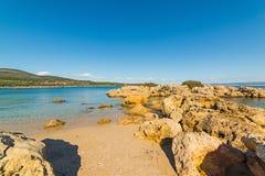 Βράχοι και άμμος σε έναν όρμο στοκ εικόνα με δικαίωμα ελεύθερης χρήσης