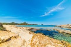 Βράχοι και άμμος Scoglio Di Peppino στην ακτή Στοκ εικόνες με δικαίωμα ελεύθερης χρήσης