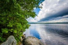 Βράχοι και δέντρα στην ακτή της λίμνης Massabesic, σε πυρόξανθο, νέας στοκ φωτογραφία