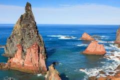 Βράχοι και απότομοι βράχοι στο Σάο Lorencio Μαδέρα Πορτογαλία Cabo Στοκ φωτογραφία με δικαίωμα ελεύθερης χρήσης