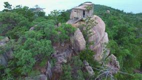 Βράχοι και βουνά με τον εναέριο πυροβολισμό δασικών δέντρων φιλμ μικρού μήκους