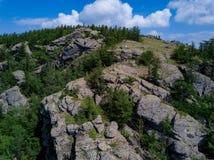 Βράχοι και δέντρα των βουνών Ural, λίμνη Bannoe, standin κοριτσιών στοκ φωτογραφία