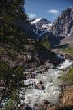 Βράχοι και θορυβώδης ποταμός, ορεινές περιοχές Τοπίο των βουνών Altai στοκ φωτογραφίες με δικαίωμα ελεύθερης χρήσης