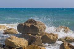 Βράχοι και κύματα με τον παφλασμό Στοκ Φωτογραφίες