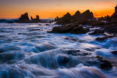 Βράχοι και κύματα στο Ειρηνικό Ωκεανό στο ηλιοβασίλεμα Στοκ εικόνα με δικαίωμα ελεύθερης χρήσης