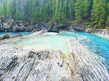 Βράχοι και μπλε νερό Στοκ εικόνες με δικαίωμα ελεύθερης χρήσης