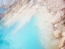 Βράχοι και μπλε νερό Στοκ Εικόνες
