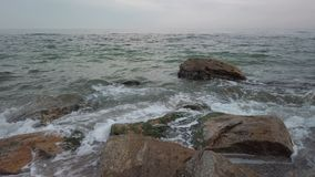 Βράχοι και νερό στην παραλία Arcadia στην Οδησσός - τηγάνι απόθεμα βίντεο