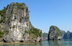 Βράχοι και νησιά του μακριού κόλπου εκταρίου κοντά στο νησί BA γατών, Βιετνάμ Στοκ Φωτογραφία