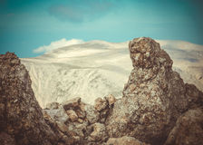 Βράχοι και πέτρες με τα βουνά στο υπόβαθρο Στοκ εικόνα με δικαίωμα ελεύθερης χρήσης