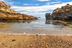 Βράχοι και πέτρες στην ακτή Pacific Coast Στοκ εικόνες με δικαίωμα ελεύθερης χρήσης