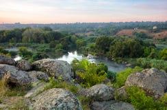 Βράχοι και ποταμός σε εφεδρεία στοκ φωτογραφία με δικαίωμα ελεύθερης χρήσης