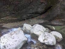 Βράχοι και ποταμός Στοκ φωτογραφία με δικαίωμα ελεύθερης χρήσης
