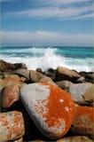 Βράχοι και σπάζοντας κύματα Στοκ Εικόνες