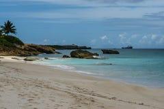 Βράχοι κατά μήκος της άσπρων παραλίας και του ωκεανού άμμου στη Αγκουίλα, βρετανικές Δυτικές Ινδίες, BWI, καραϊβικό Στοκ Εικόνες